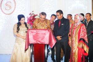 Bupati Kabupaten Tangerang Ahmed Zaki Iskandar menandatangani prasasti Sapphire Sky Hotel & Conference BSD City