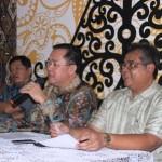 (ki-ka) Preadi Ekarto, Waketum DPP REI, Eddy Hussy, Ketum DPP REI dan Hari Raharta, Sekjen DPP REI saat jumpa pers, 18/1/2016.