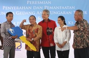 Direktur Utama Bank BTN Maryono (dua dari kiri) menyerahkan kunci rusunawa didampingi Gubernur Jawa Tengah Ganjar Pranowo, Menteri BUMN Rini Soemarno dan Menteri PUPR Basuki Hadimuljono.