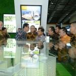 Ketua DPD REI DKI Jakarta Amran Nukman (keempat kiri) pada sebuah pameran properti.