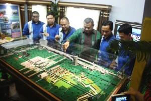 Direktur Utama PT Kembar Intiland Fahrul Roji (baju batik) di depan maket Perumahan Pesona Intiland