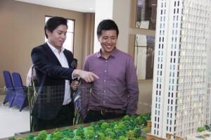 Jiko Tandijono, Chief Marketing Officer Hongkong Kingland sedang menunjuk Maket Proyek King Land Avenue