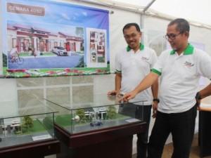 Nurul Yaqin, Owner Benhokk Property  bersama Abdullah Arief, Direktur PT Sedaya Indah Selaras foto didepan miniatur unit rumah Pinang Green Residence