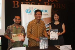 Managing Director PT Saint Gobain Construction Products Indonesia Hantarman Budiono (tengah) dan Product Manager Gyproc Indonesia, Rully Yustiadi Syarif (kiri)