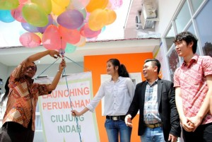 Wakil Bupati Kabupaten Serang, Banten, Pandji Tirtayasa memotong balon saat launching disaksikan EkoTeng, Board of Management  PT Vtri Bangun Dukuh Lestari