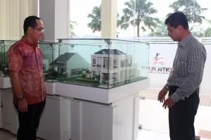 Syukurman Larosa, Direktur Marketing Sentul Alaya berpose bersama  Yayat R Dahlan, Sales & Marketing Manager Sentul Alaya