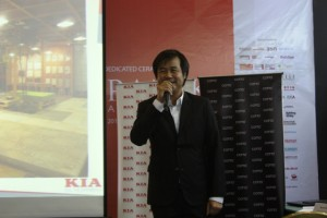Marketing Director KIA dan Surya Slam Keramik Sarawat Worawat menjelaskan produk KIA dan Cotto