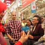 Okan Cornelius sedang melakukan simulasi registrasi asuransi jiwa yang dipersembahan oleh Equity Life Indonesia dan LOTTEMart Wholesale dari uang kembalian belanja di kasir LOTTEMart Wholesale, Rabu (30/3).