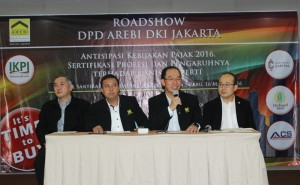 Lukas Bong, Ketua DPD Arebi DKI Jakarta sedang memberikan keterangan terkait sertifikasi broker didampingi pengurus DPD Arebi DKI Jakarta