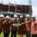 Direksi dan manajemen Gapuraprima Group dengan latar belakang Bhuvana Apartment dan Condotel, Ciawi, Bogor