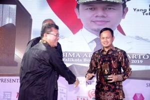 Walikota Bogor Bima Arya Sugiarto (kanan), menerima trophy IMHA 2016 sebagai Pejabat Pemerintah Yang Mendorong Pemanfaatan Teknologi dan Inovasi IT