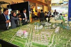 Pengunjung di Depan Maket Sentra Timur Residence saat REI Expo