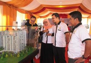 Manajemen Padina Soho & Residence di depan maket poyek