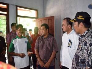 Direktur Rumah Swadaya Ditjen Penyediaan Perumahan Kementerian PUPR Hardi Simamora (kedua dari kanan) di Tulungagung Jawa Timur