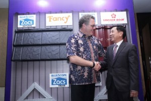 (kiri-kanan) Mr. Simon Linge, President Director PT NS BlueScope Indonesia berjabat tangan dengan Yarryanto Rismono, CEO PT Tata Logam Lestari