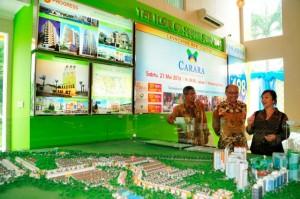 Komisaris Progress Group Derice Sumantri (paling kanan) bersama direksi Progress Group didepan maket Paradise Serpong City