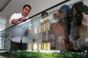 Direktur Sales & Marketing PT Nusantara Prospekindo Sukses Supriantoro (paling kiri) menjelaskan The Oasis kepada konsumen