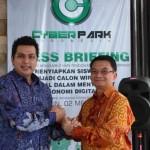 (ki-ka) CEO Cyber Park Indonesia Dedi Yudiant dan Presiden Direktur Powertel Dicky Tjokrosaputro usai penandatangan kerjasama
