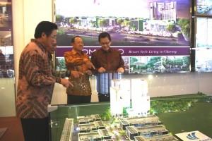 Direksi MMS di depan maket superblok Cikarang Central City