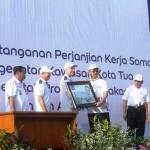 Gubernur DKI Jakarta,  Ir. Basuki Tjahaja Purnama (dua dari kanan) menerima plakat