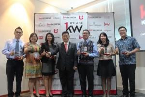 President Keller William Indonesia Tony Eddy (tengah) bersama perwakilan 6 bank usai penandatangan kerjasama pembiayaan properti