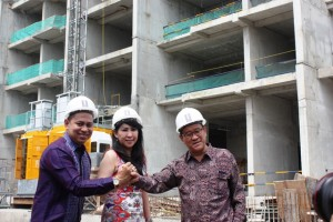 (ki-ka) Henry Lango, Deputy Sales Director Lexington Residence, Dewi Leman, Sales Director Lexington Residence, dan Thomas Pramono, Chief Technic Officer Lexington Residence dengan latar belakang Lexington Residence