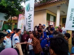 Gubernur DKI Jakarta Basuki Tjahaja Purnama mengunjungi kegiatan Avian bersih-bersih