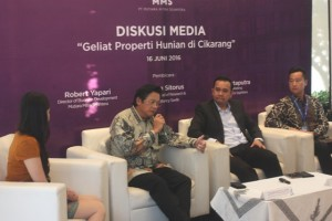 Director of Business Development PT MMS Robert Yapari tengah menjelaskan apartemen Domicilio