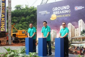Vice President Corporate Marketing APLN, Indra Widjaja Antono (tengah) saat Ground Breaking Podomoro Golf View Cimanggis
