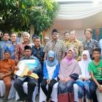 Keluarga Samsuri (barisan duduk) penerima 1 unit rumah dari REI Banten