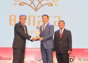 Marketing Director Serpong Bangun Cipta, Andreas Audyanto (tengah) menerima trophy