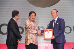 CEO Crown Group Iwan Sunito Terima Penghargaan