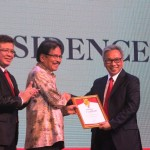 Menteri Agraria dan Tata Ruang/Kepala BPN Soyfan Djalil memberikan penghargaan Developer of The Year kepada Ciputra Residence didampingi Pemred Property&Bank Indra Utama