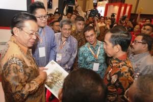 """Group CEO Sinar Mas Land Michael Widjaja – (kiri) menjelaskan proyek Digital Hub BSD City yang akan menjadi """"Sillicon Valley"""" Indonesia kepada Presiden RI Joko Widodo pada acara pembukaan Indonesia Fintech Festival & Conference di Indonesia Convention Exhibition (ICE) di BSD City, Tangerang Banten (30/8/16)."""