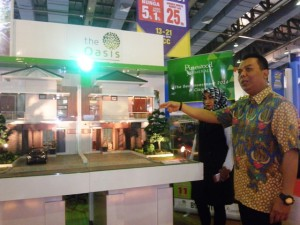 Direktur Sales & Marketing PT Nusantara Prospekindo Sukses, Supriantoro (kanan) didepan maket Pinewood Residence