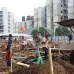 Para pekerja sedang membangun proyek properti