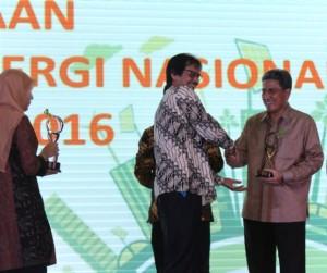 Managing Director President Office - Dhony Rahajoe (kanan) menerima trophy
