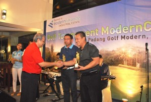 Tonny Hadhiwaluyo, Presiden Direktur PT. Modern IndustrialEstat memberikan tropi kepada pemenang Turnamen Golf ModernCikande.