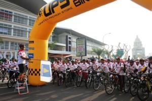 Managing Director Paramount Land Andreas Nawawi melepas para peserta Fun Bike