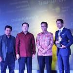 Managing Director PT Sri Pertiwi Sejati H. Asmat Amin (paling kanan) usai menerima trophy GPA 2016