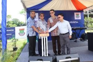 Direksi Paramount Land dan pejabat Pemkab Tangerang saat penekanan tombol sirine dan pelepasan burung merpati sebagai simbolis dibukanya Hutan Kota Tigaraksa