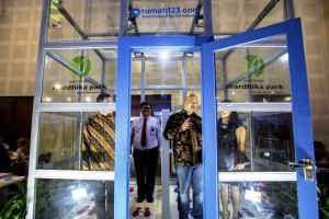 Country General Manager Rumah123.com, Ignatius Untung (kedua kanan), saat berada di dalam rumah sempit yang akan diperlombakan