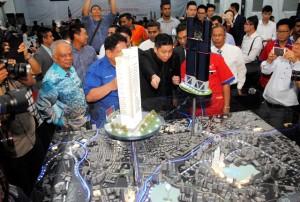 Executive Director M101 Holdings SDN, BHD, Dato' Seth Yap (tengah) di depan maket M101 Skywheel