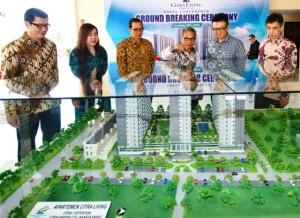 Managing Director Ciputra Group Budiarsa Sastrawinata (sedang menunjuk) bersama direksi di depan maket CitraGarden City