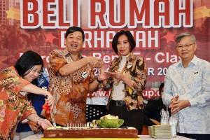 Komisaris Utama ISPI Group Preadi Ekarto (dua dari kiri) usai pemotongan kue 23 tahun ISPI Group