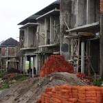Deretan unit-unit rumah sedang dibangun