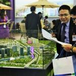 Tenaga Penjualan Sentra Timur menjelaskan proyek di depan arena REI Expo 2016