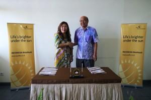 Presiden Direktur Sun Life Financial Indonesia Elin Waty (kiri) dan Rektor Universitas Sanata Dharma, Johanes Eka Priyatma, M.Sc., PhD, (kanan) usai penandatanganan