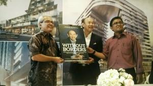 Iwan Sunito (tengah) saat pelucuran buku Without Borders