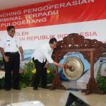 Menteri Perhubungan Budi Karya Sumadi memukul gong pertanda launching Terminal Pulogebang